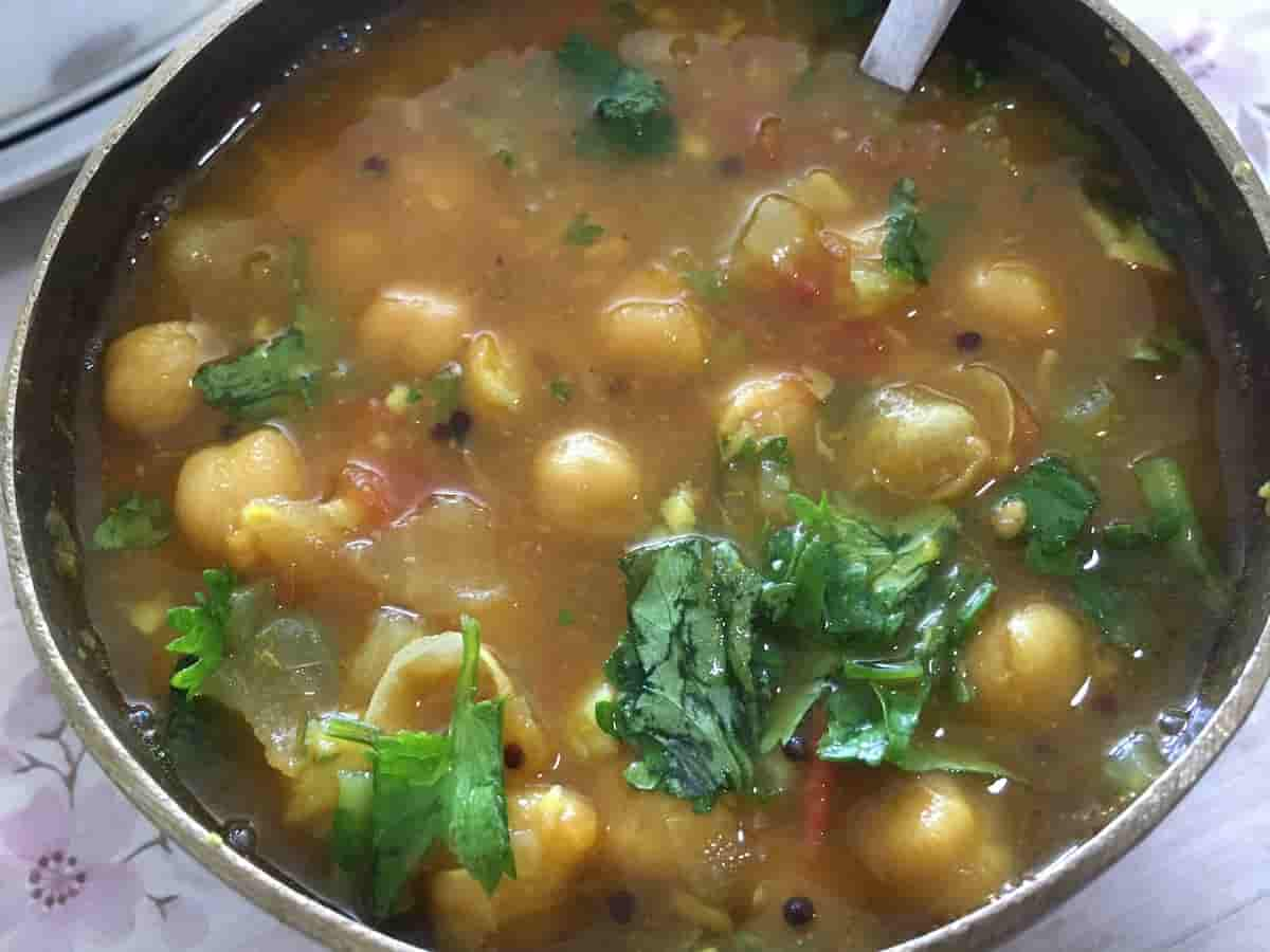Chickpeas Soup with Indian spices – Chole ki sabzi